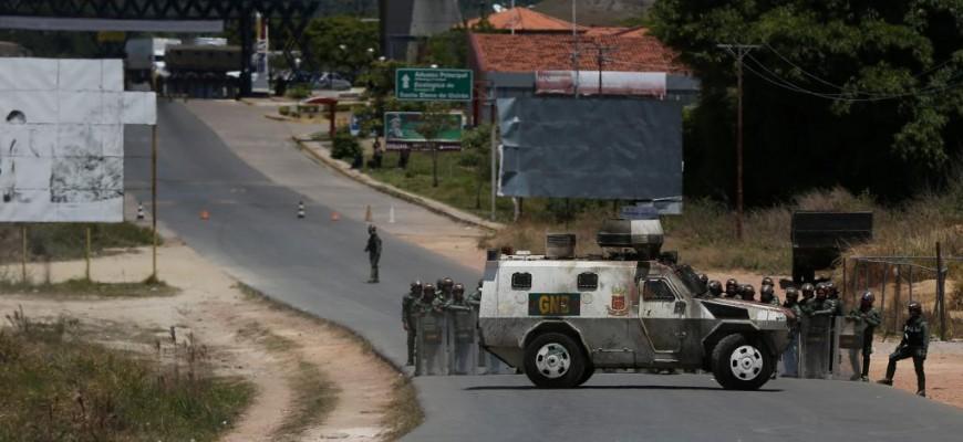 Cerca de cem militares e policiais venezuelanos desertam e vão para a Colômbia