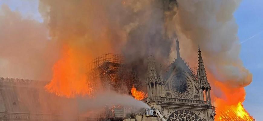 Momentos exato da queda da torre de Notre Dame