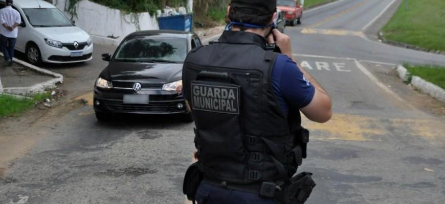 FORÇA TAREFA D FISCALIZAÇÃO DE POSTURA, GM E PM ATENDE DENÚNCIA DE AGLOMERAÇÃO NA CASA DE EX-VEREADOR NA VISTA ALEGRE