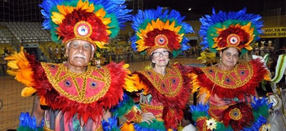 Integrantes do Bloco da Vida desfilam na Sapucaí