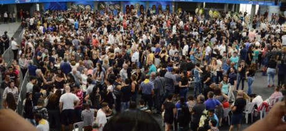 Mais de 5 mil pessoas comparecem ao velório das vítimas na Arena Suzano