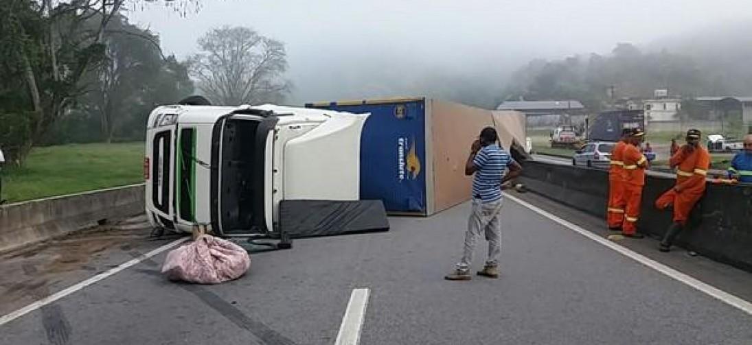 Acidentes em quilômetros próximos deixam trânsito lento na Dutra, em Piraí
