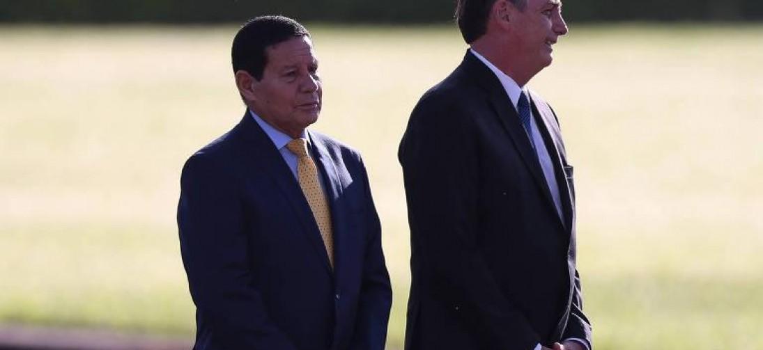 Bolsonaro fala em colocar 'ponto final' na disputa entre filho e vice, mas Carlos volta a postar crítica a Mourão