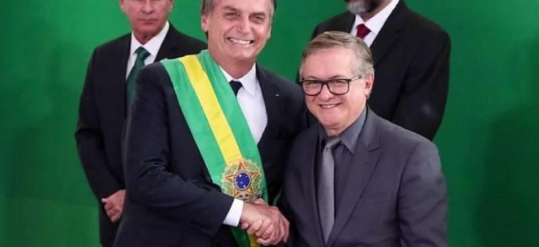 Bolsonaro indica que pode demitir Vélez na próxima segunda