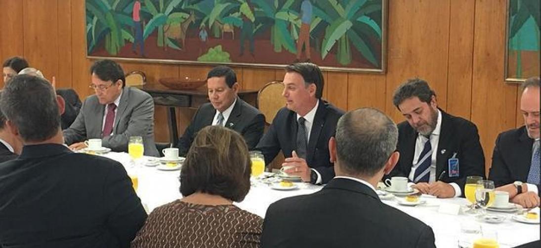 Estávamos acostumados com vice-presidente poste', ironiza Bolsonaro