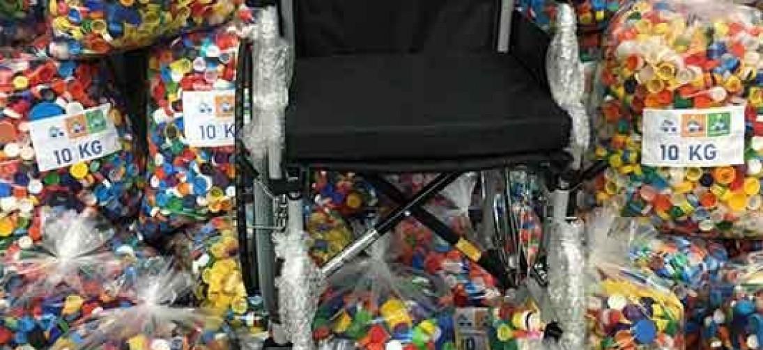 Grupo faz 195 mil tampinhas virarem cadeira de rodas